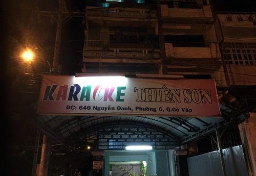 Nhiều tiếp viên ăn mặc 'mát mẻ' phục vụ khách trong quán karaoke không phép - Ảnh 1
