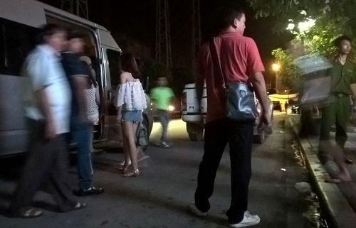 Cảnh sát đột kích quán bar lớn nhất Thanh Hóa - Ảnh 1