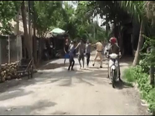 Bị yêu cầu dừng xe, nhóm thanh niên hành hung CSGT - Ảnh 1