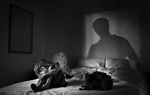 Khởi tố cha dượng hại con riêng 15 tuổi của vợ - Ảnh 1