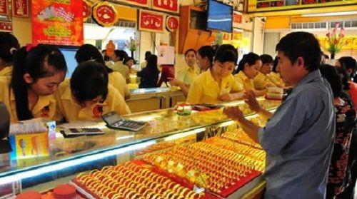 Giá vàng trong nước- thế giới co hẹp khoảng cách: Cơ hội tốt để mua vàng? - Ảnh 1