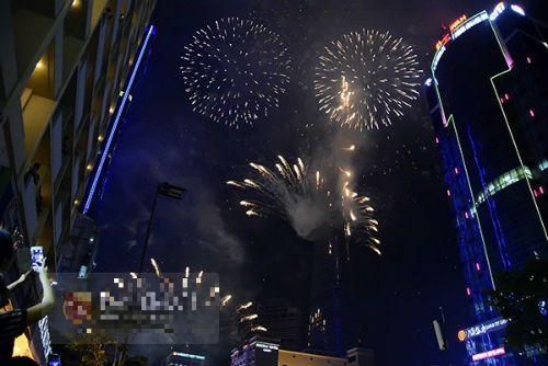Hà Nội, TP.HCM rực sáng pháo hoa chào mừng ngày 30/4 - Ảnh 12