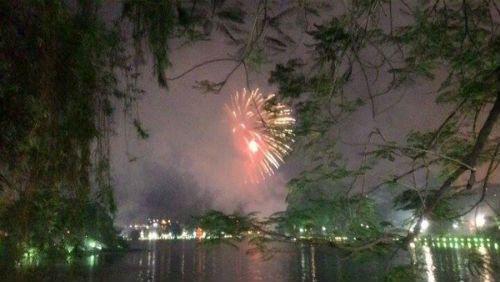 Hà Nội, TP.HCM rực sáng pháo hoa chào mừng ngày 30/4 - Ảnh 3
