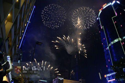 Hà Nội, TP.HCM rực sáng pháo hoa chào mừng ngày 30/4 - Ảnh 14