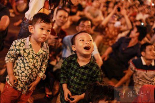 Hà Nội, TP.HCM rực sáng pháo hoa chào mừng ngày 30/4 - Ảnh 17