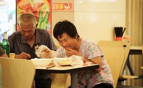 """Kiếm trăm triệu/tháng, """"đại gia"""" ăn mày chỉ ăn ở nhà hàng 5 sao  - Ảnh 2"""
