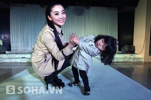 """Bé gái 2 tuổi """"đeo"""" 3,5 tỷ lên sàn catwalk mừng sinh nhật - Ảnh 2"""