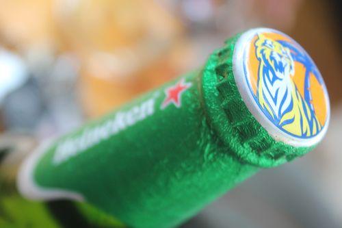 """Chai bia """"lạ"""": Nhãn Heineken nhưng nắp là của Tiger - Ảnh 1"""