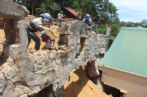 Đà Lạt: Sạt lở đất vùi lấp nhà dân - Ảnh 1