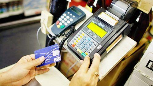 Ngân hàng áp lãi cắt cổ với thẻ tín dụng: Người dùng thẻ phải làm sao? - Ảnh 1