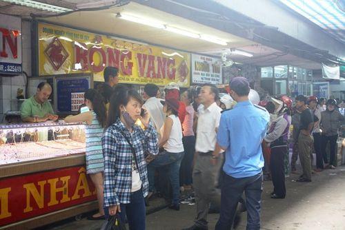 Nguyên do hàng trăm người đổ xô đến chợ Đông Ba bán vàng - Ảnh 1
