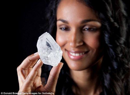 Viên kim cương 3 tỷ năm tuổi to bằng quả bóng tennis bị trả giá thấp - Ảnh 1