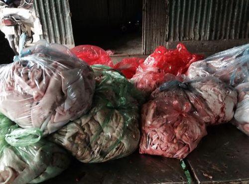 Thực phẩm bẩn: Dùng cả xe Camry để chở gà thải loại về Hà Nội - Ảnh 1