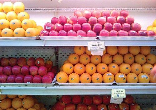 Trái cây nhập khẩu bán tại chợ cóc, hàng rong: Cam kết chất lượng bằng...miệng - Ảnh 1