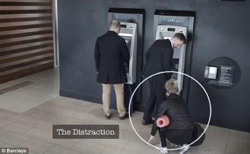 """Rút tiền tại cây ATM: Cẩn thận """"mánh"""" đánh tráo vô cùng tinh vi của kẻ gian - Ảnh 2"""