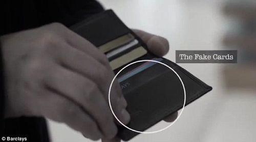"""Rút tiền tại cây ATM: Cẩn thận """"mánh"""" đánh tráo vô cùng tinh vi của kẻ gian - Ảnh 3"""