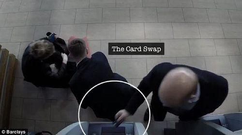 """Rút tiền tại cây ATM: Cẩn thận """"mánh"""" đánh tráo vô cùng tinh vi của kẻ gian - Ảnh 4"""