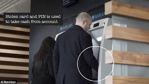 """Rút tiền tại cây ATM: Cẩn thận """"mánh"""" đánh tráo vô cùng tinh vi của kẻ gian - Ảnh 6"""