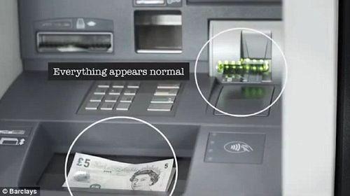 """Rút tiền tại cây ATM: Cẩn thận """"mánh"""" đánh tráo vô cùng tinh vi của kẻ gian - Ảnh 1"""
