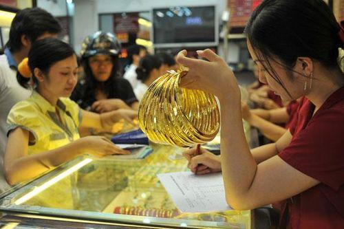 """Giá vàng tăng sát mốc 40 triệu đồng/lượng: """"Cơn sốt vàng"""" theo tâm lí đám đông - Ảnh 1"""