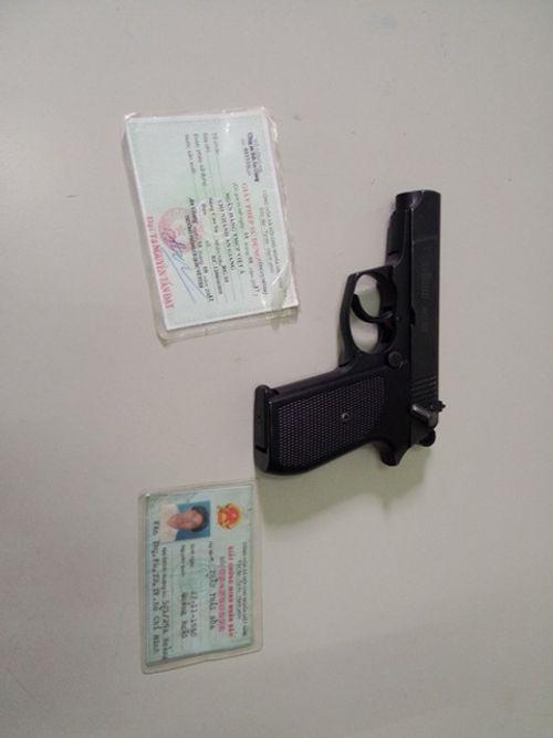 Bị nhắc nhở, phó TGĐ ngân hàng chĩa súng dọa người - Ảnh 2