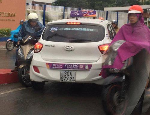 Triệu tập hai tài xế taxi Vic đi ngược chiều trên cầu vượt  Hà Nội - Ảnh 1