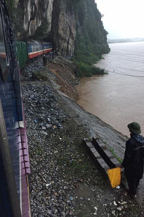 Giải cứu 132 hành khách tàu SE19 mắc kẹt ở Quảng Bình - Ảnh 1