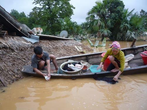 Hàng không Việt Nam vận chuyển miễn phí hàng hóa cứu trợ miền Trung - Ảnh 1