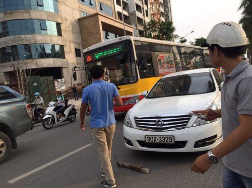 Hà Nội: Đang đi đường bị sắt rơi trúng nóc xe ô tô - Ảnh 1