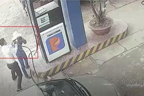 Nam cán bộ ngân hàng đánh rách đầu nữ nhân viên bán xăng - Ảnh 1