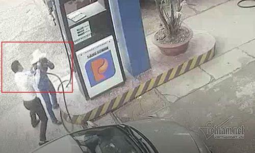 Nam cán bộ ngân hàng đánh rách đầu nữ nhân viên bán xăng - Ảnh 2