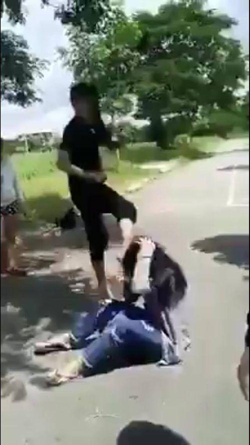 Thông tin mới nhất vụ nữ sinh bị bạn đánh, bắt quỳ xuống liếm chân - Ảnh 1