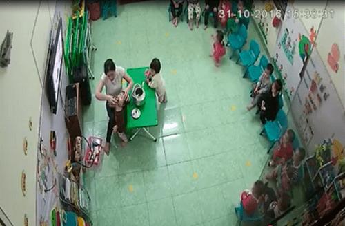 Hà Nội: Cô giáo liên tiếp đổ sữa vào miệng, đá vào người khi trẻ đang ngủ - Ảnh 1