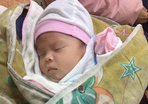Một bé gái sơ sinh bị bỏ rơi gần cổng chùa - Ảnh 1