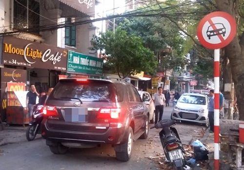 Hà Nội: Xe biển xanh đi vào đường cấm bị xe đi ngược chiều chặn đầu - Ảnh 1