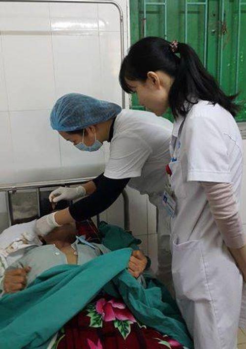 Bệnh viện E cấp cứu thành công bệnh nhân bị súng hoa cải bắn vào mặt - Ảnh 1