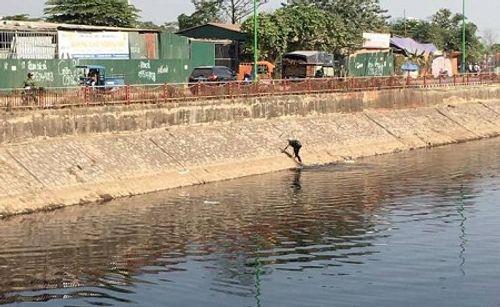 Nam thanh niên cướp của xong nhảy xuống sông Tô Lịch chạy trốn - Ảnh 1