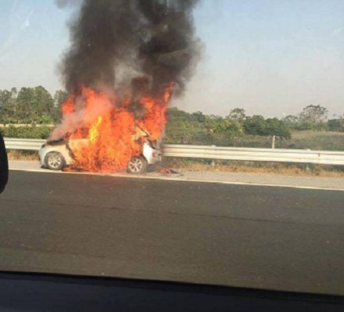 Hà Nội: Ô tô bốc cháy dữ dội trên cao tốc - Ảnh 1