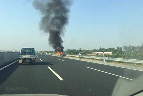Hà Nội: Ô tô bốc cháy dữ dội trên cao tốc - Ảnh 2