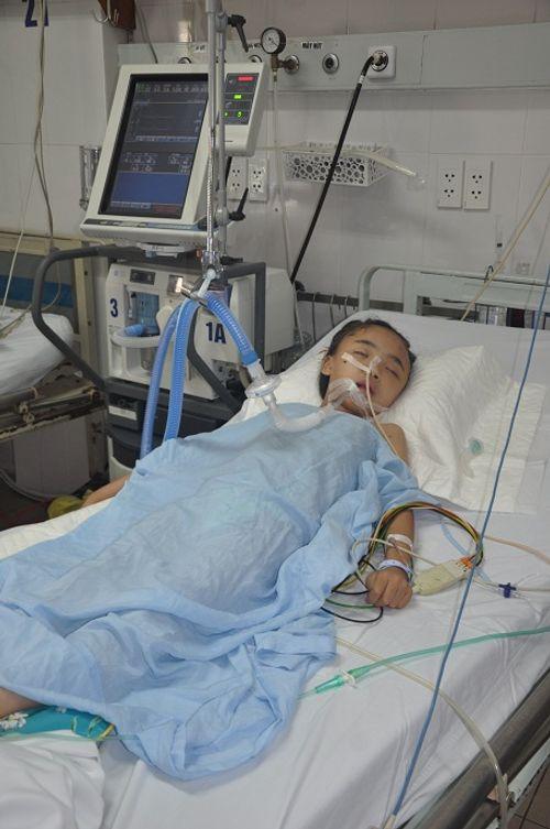 Tìm sự sống cho bé gái 8 tuổi bị thanh sắt đâm xuyên đầu - Ảnh 1