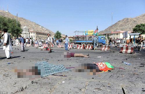 Hình ảnh khủng khiếp từ vụ đánh bom chết chóc ở Afghanistan - Ảnh 1
