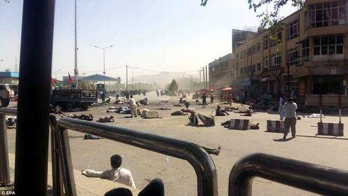 Hình ảnh khủng khiếp từ vụ đánh bom chết chóc ở Afghanistan - Ảnh 2