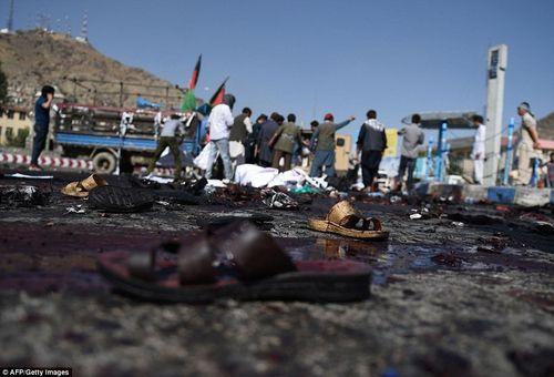 Hình ảnh khủng khiếp từ vụ đánh bom chết chóc ở Afghanistan - Ảnh 6