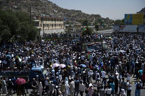 Hình ảnh khủng khiếp từ vụ đánh bom chết chóc ở Afghanistan - Ảnh 8