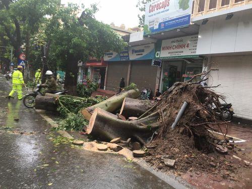 Hà Nội: CSGT huy động 100% quân số giúp dân sau mưa bão - Ảnh 2