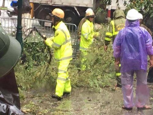Hà Nội: CSGT huy động 100% quân số giúp dân sau mưa bão - Ảnh 1