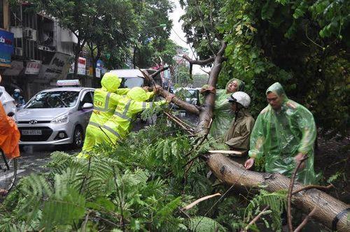 Hà Nội: CSGT huy động 100% quân số giúp dân sau mưa bão - Ảnh 4