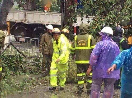 Hà Nội: CSGT huy động 100% quân số giúp dân sau mưa bão - Ảnh 6