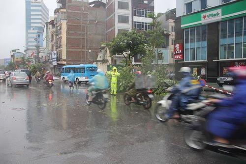 Hà Nội: CSGT huy động 100% quân số giúp dân sau mưa bão - Ảnh 5