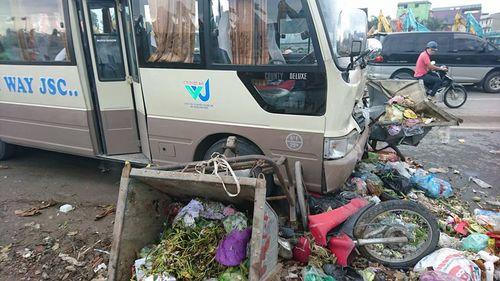 Xe khách gây tai nạn liên hoàn, 3 người bị thương - Ảnh 1